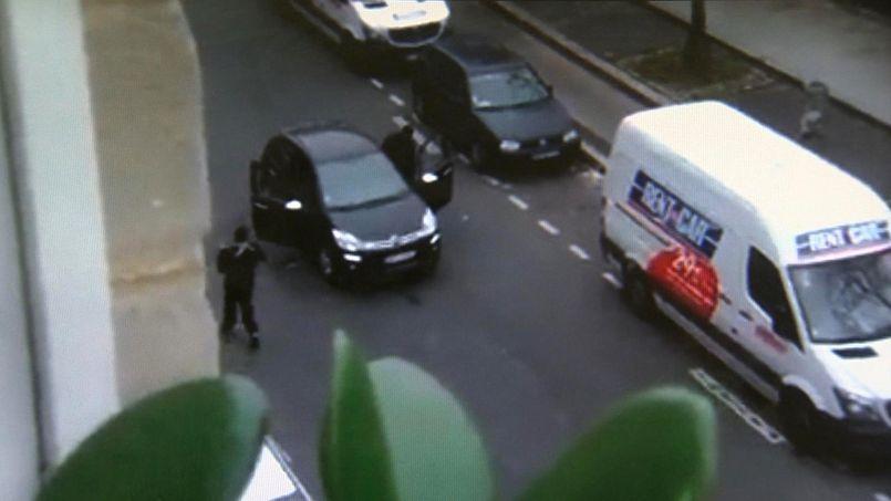 Couleur des rétroviseurs, angle de tir des terroristes, carte d'identité dans la voiture... Ces détails ont attiré l'attention de nombreux internautes.
