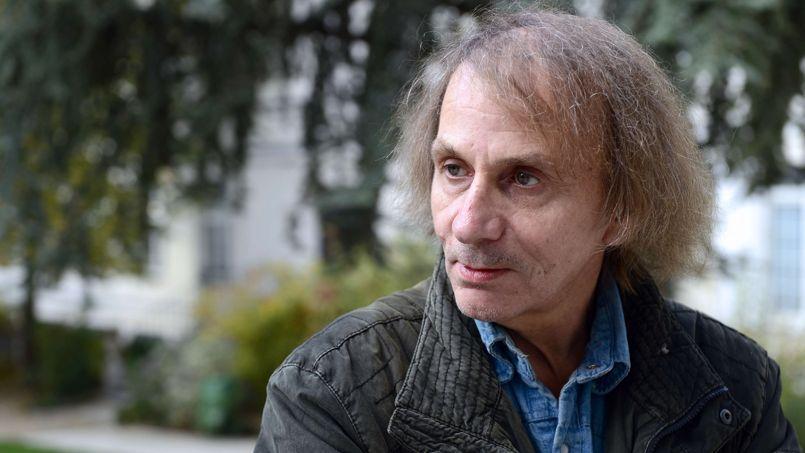 Alors que Soumission vient tout juste de sortir dans nos librairies, l'écrivain français quitte Paris suite au déccès de son ami Bernard Maris, journaliste à l'hebdomadaire satirique.