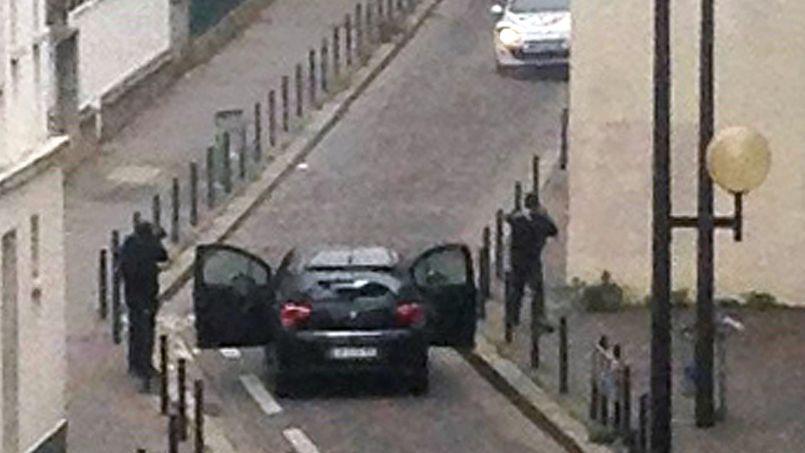 Les frères Kouachi font face aux policiers, mercredi, à proximité du siège de Charlie Hebdo à Paris, où ils viennent de commettre un carnage.