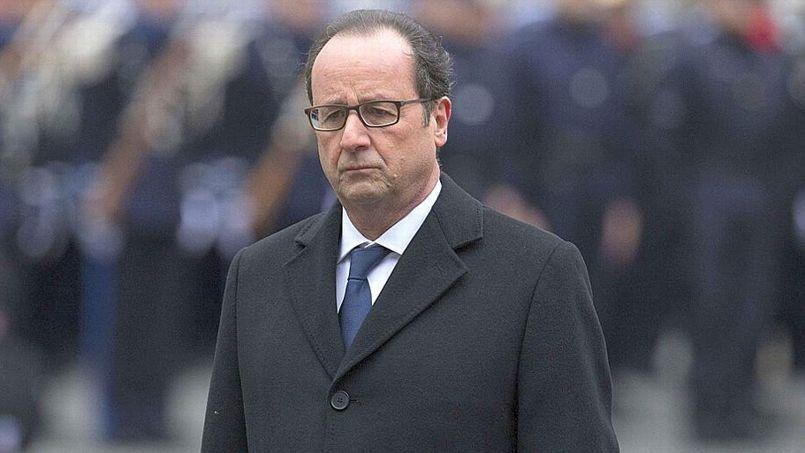 François Hollande mardi à la Préfecture de police de Paris, lors de l'hommage rendu aux trois policiers morts dans les attentats terroristes perpétrés en France la semaine passée.
