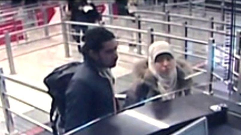 La compagne d'Amedy Coulibaly, Hayat Boumeddiene, à son arrivée à l'aéroport d'Istanbul (Turquie), le 2 janvier.