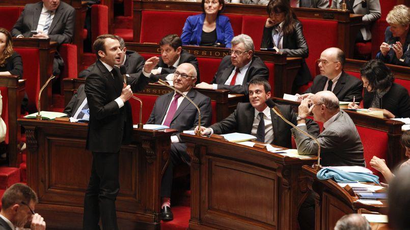Emmanuel Macron, ministre de l'Économie, tient ferme aux 12 dimanches de son texte, mais une partie de la majorité espère lui imposer de faire marche arrière.