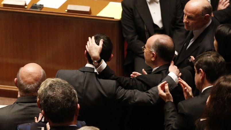 Manuel Valls félicité par Bernard Cazeneuve après son discours.