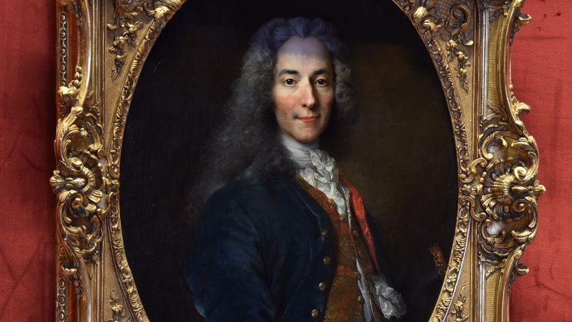 Le portrait de Voltaire réalisé par Nicolas de Largillière trône au milieu de la salle du pape pour honorer la mémoire des victimes de Charlie Hebdo.