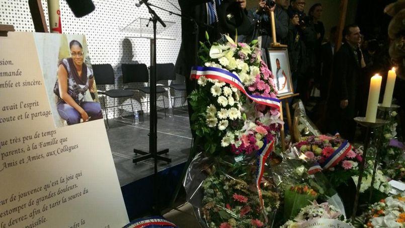 Des fleurs par centaines jonchent le sol aux pieds du chevalet où se trouve le portrait de la policière abattue par Amedy Coulibaly. Photo: DR