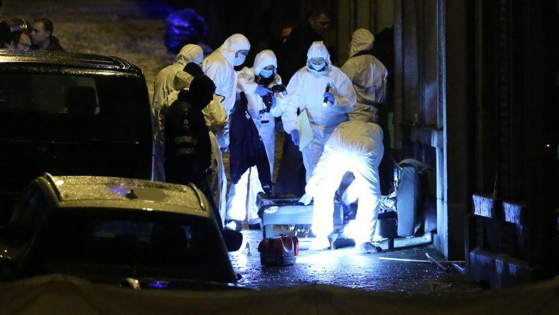 Des enquêteurs inspectent une rue du centre-ville de Verviers, dans l'est de la Belgique, le 15 janvier 2015.