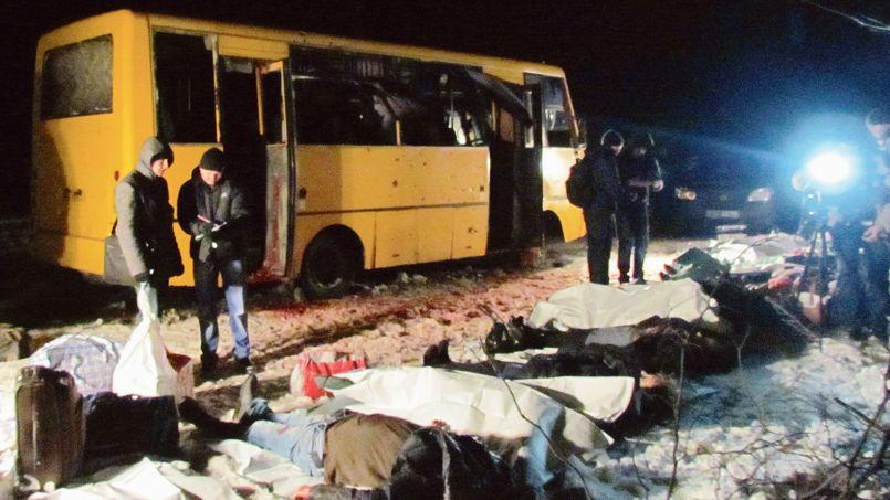 Un éclat d'obus à un poste contrôlé par les forces ukrainiennes, mardi, à Volnovakha, a provoqué la mort de 13 passagers d'un bus.