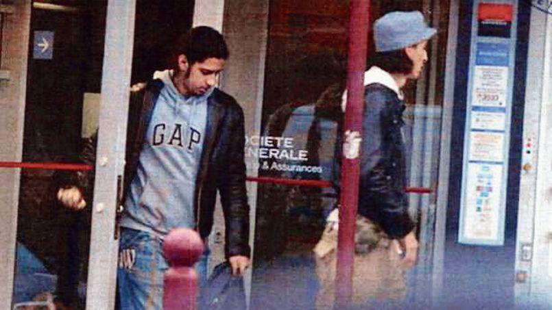 Les frères Mehdi et Mohamed Belhoucine, à la sortie d'une banque (photo non datée).