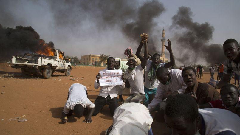Un camion de police incendié lors d'une violente manifestation contre Charlie Hebdo aujourd'hui à Niamey, capitale du Nigéria.
