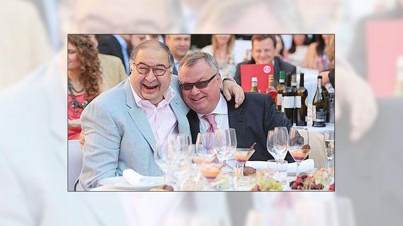 Andreï Kostine, le président de la banque VTB (avec les lunettes noires), avec Alicher Ousmanov, patron du conglomérat Metalloinvest, présents à Davos cette année, ici, sur une photo prise à Saint-Pétersbourg en 2013.