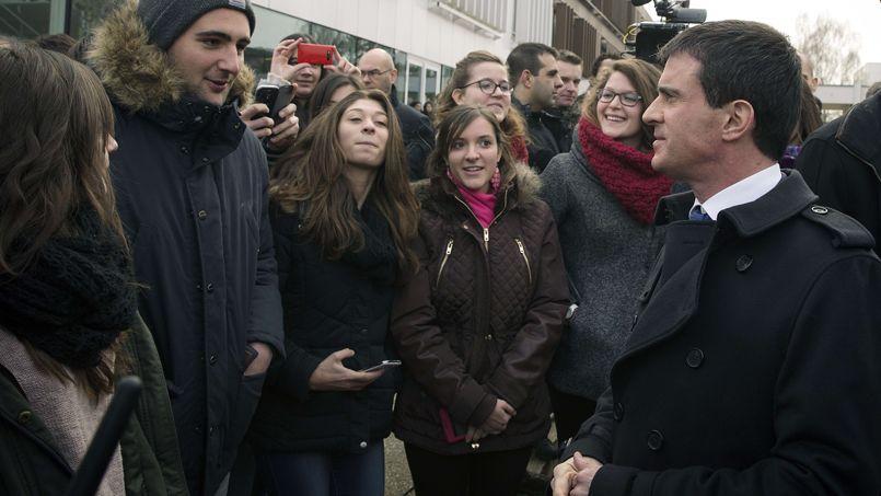 Manuel Valls avec des élèves d'une école agricole de Brie-Comte-Robert, en Seine-et-Marne, vendredi.