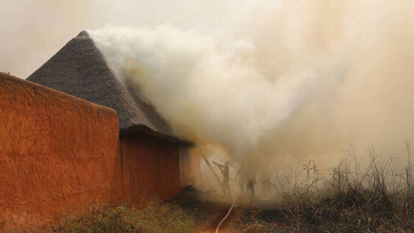 Des pompiers locaux tentent de contenir les flammes au palais Houégbadja le 14 Janvier dernier.