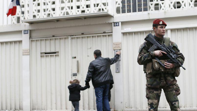 Un soldat sécurise l'accès à une école juive à Paris. (2015)