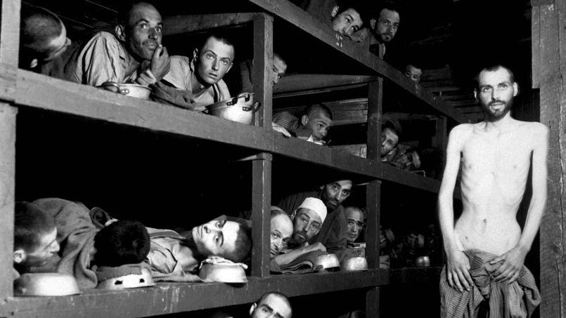 Les déportés de la baraque 56 du camp de concentration de Buchenwald en Allemagne photographiés par le soldat H. Miller le 16 avril 1945 au moment de la libération du camp par les Alliés (sur la couchette du milieu, le 7e à partir de la gauche serait Elie Wiesel).