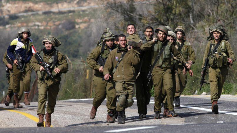 Des militaires israéliens évacuent l'un des leurs, blessé dans une attaque, mercredi matin.