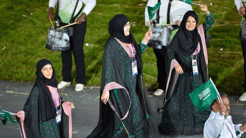Les athlètes saoudiennes défilent lors de la cérémonie d'ouverture des JO de Londres.