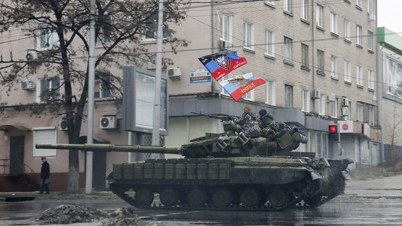 Des séparatistes prorusses, dimanche, dans une rue de Donetsk. Les rebelles de l'est de l'Ukraine sont équipés et soutenus par Moscou.