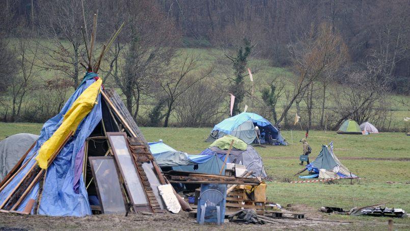 Quelques cabanes de «zadistes», photographiées le 6 janvier au Testet.
