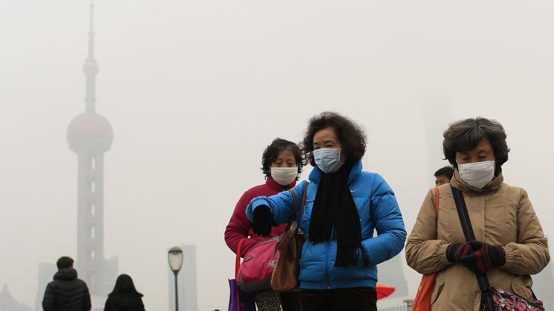 À Shangaï, la ville la plus peuplée du pays, le brouillard de la pollution atmosphérique quitte rarement le ciel.