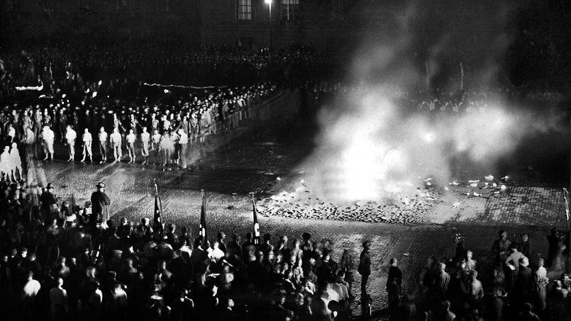 10 mai 1933: sur la place de l'opéra à Berlin (Opernplatz), Joseph Goebbels, ministre de la Propagande du Reich, organise un autodafé. 20.000 ouvrages sont brûlés.