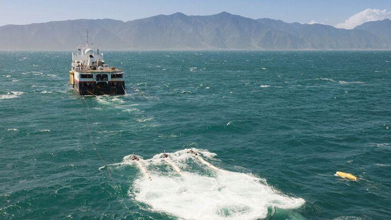 Navire traînant une ligne de capteurs sismiques au large de la Nouvelle-Zélande.