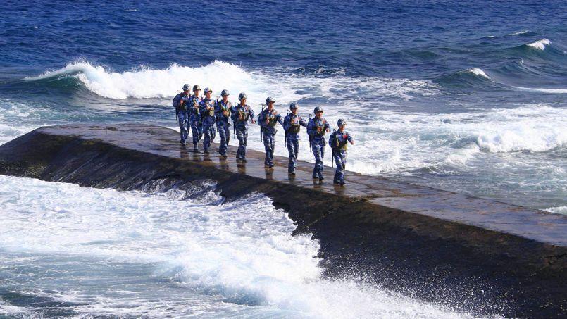 Des militaires chinois, en 2010, sur l'île de Yongshu.