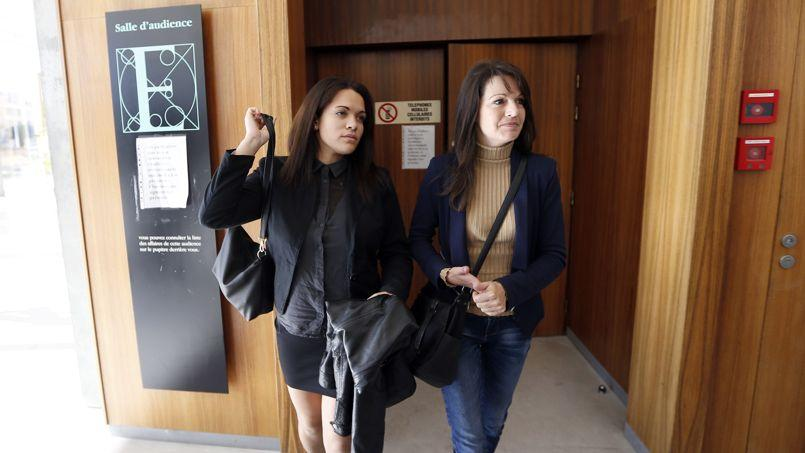 Manon Serrano, à gauche, et sa mère Sophie Serrano à leur sortie du tribunal de Grasse, le 2 décembre 2014.