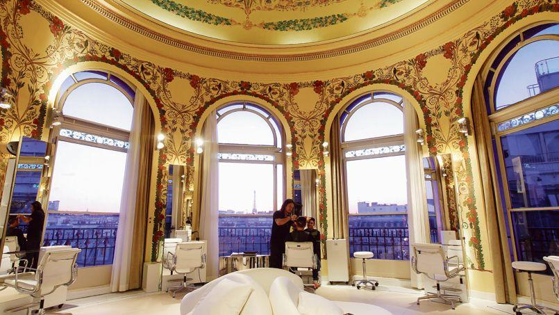 Le salon de coiffure logé dans l'un des dômes du Printemps Haussmann avec vue sur la tour Eiffel.