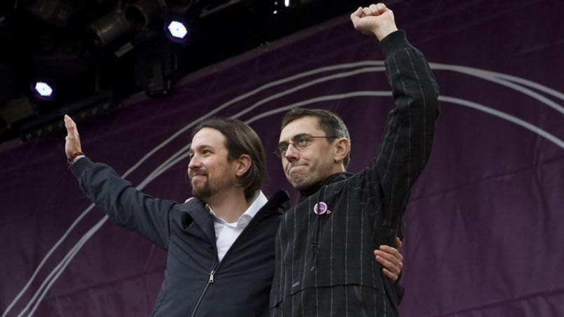 Pablo Iglesias, le chef de file de Podemos, à la tribune en compagnie de Juan Carlos Monedero (à droite), lors d'une manifestation à Madrid fin janvier.