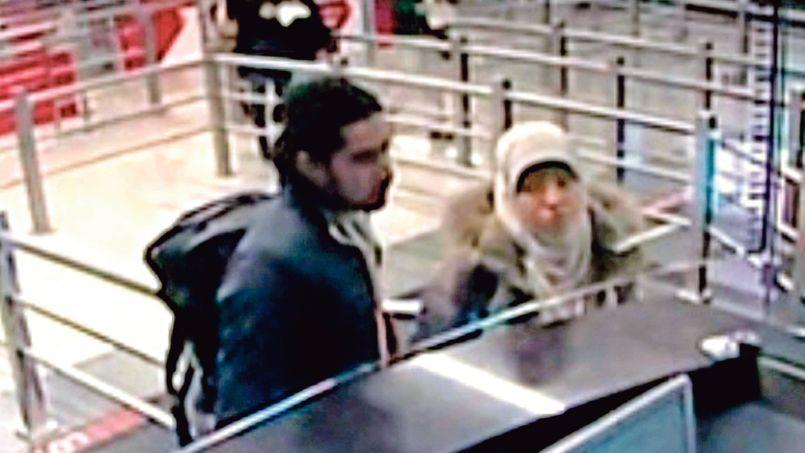 Hayat Boumedienne, la compagne d'Amedy Coulibaly, filmée par des caméras de vidéosurveillance, le 2 janvier, à l'aéroport Sabiha Gökçen à Istanbul (Turquie).