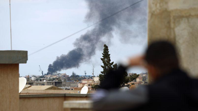 La fumée s'échappe du port de la ville libyenne de Benghazi le 14 février 2015 lors d'affrontements entre les forces loyales au gouvernement et les milices islamistes.
