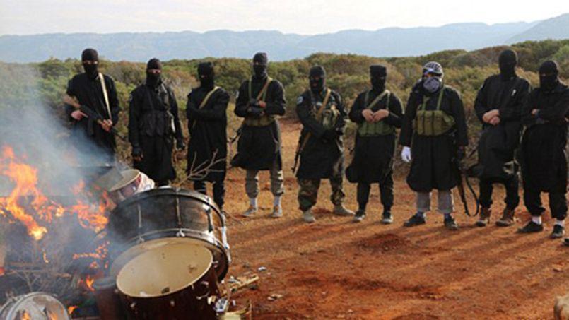 Le groupe jihadiste a publié, sur Twitter, une série de photographies mettant en scène plusieurs de ses membres cagoulés, en train de réduit en cendres des batteries, des saxophones et des tambours.