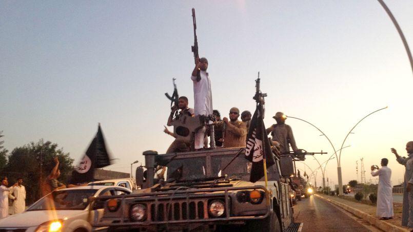 Photo prise le 23 juin 2014. Des djihadistes du groupe Etat islamique paradent sur une des rues principales de Mossoul en IraK.