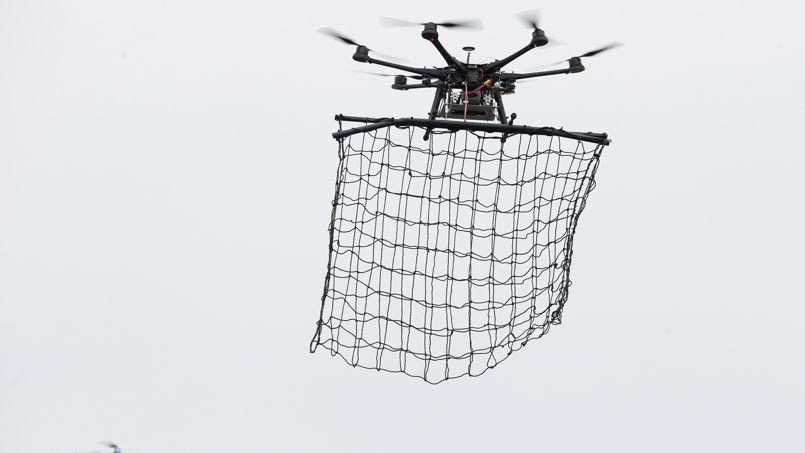 Un drone intercepteur, muni de son filet.
