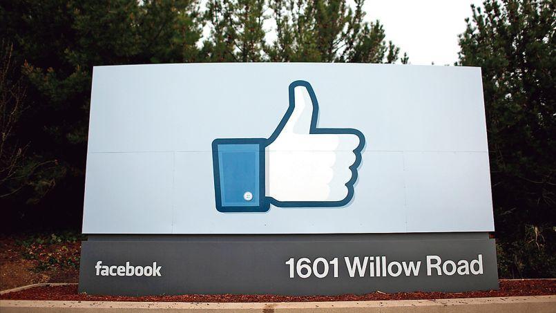Le symbole «like» devant l'entrée du siège de Facebook, à Menlo Park, en Californie.