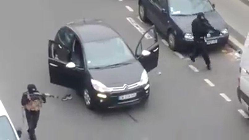 Les frères Kouachi, lors de l'attaque de Charlie Hebdo, le 7 janvier dernier, à Paris.