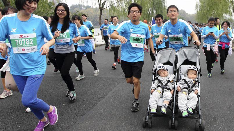 Un participant au marathon de Hangzhou et ses deux jumeaux âgés de 13 mois, le 2 novembre dernier.