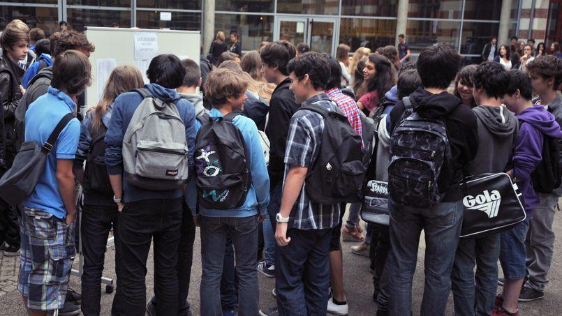 Au lendemain des attentats contre le journal satirique et l'Hyper Cacher, la «théorie du complot» s'est infiltrée dans les établissements scolaires, surfant sur des réseaux sociaux eux-mêmes abreuvés d'infos en continu