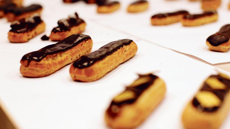 24 éclairs ont été testés pour élire notre gagnant, l'éclair au chocolat de la Maison Pradier (VIIe).