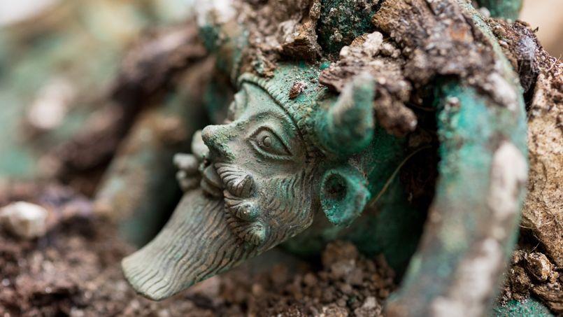 Les anses du chaudron retrouvé à Lavau représentent le dieu grec Acheloos. (Denis Gliksman /Inrap)