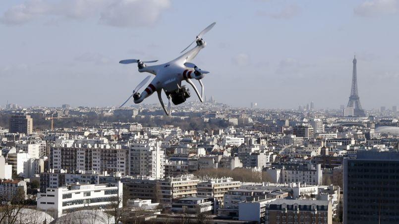 Un drone survolant Saint-Cloud le 27 février 2015.