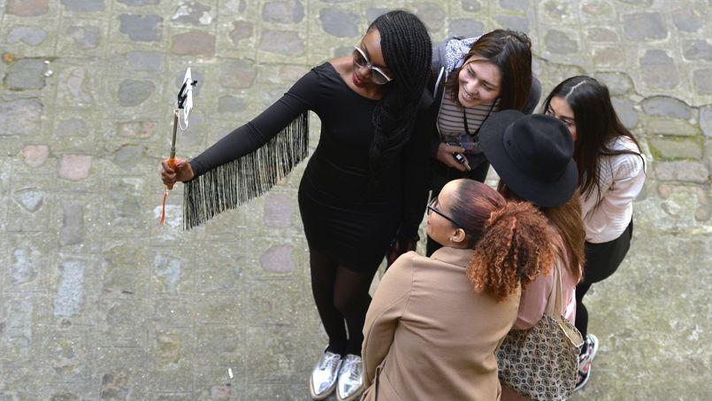 «Nous conseillons à nos visiteurs de ne pas utiliser la perche à selfie dans les salles», indique -t-on au château de Versailles.