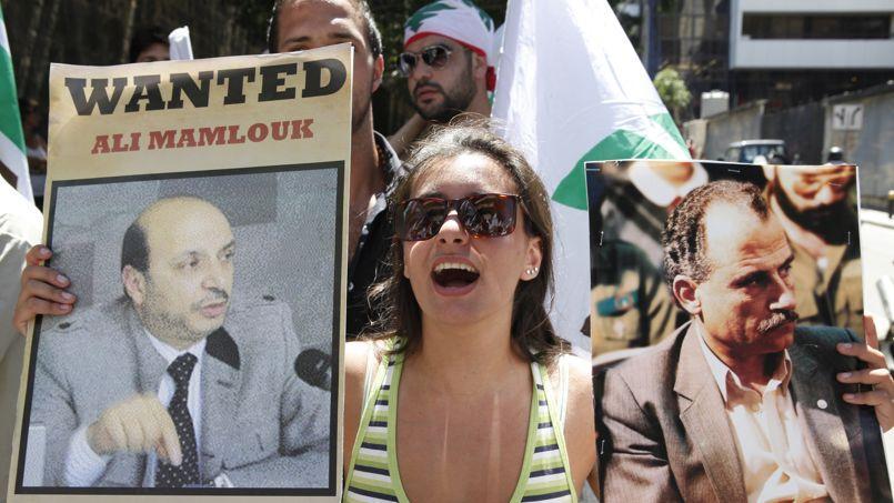 À Beyrouth en 2012, des chrétiens libanais accusent le Syrien Ali Mamlouk, chef des service de renseignements, d'être responsable de la disparition de l'opposant Boutros Khawand (à droite).