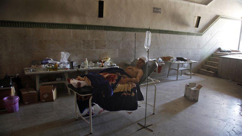 Un homme récupère de ses blessures dans la banlieue d'Alep, en 2012.