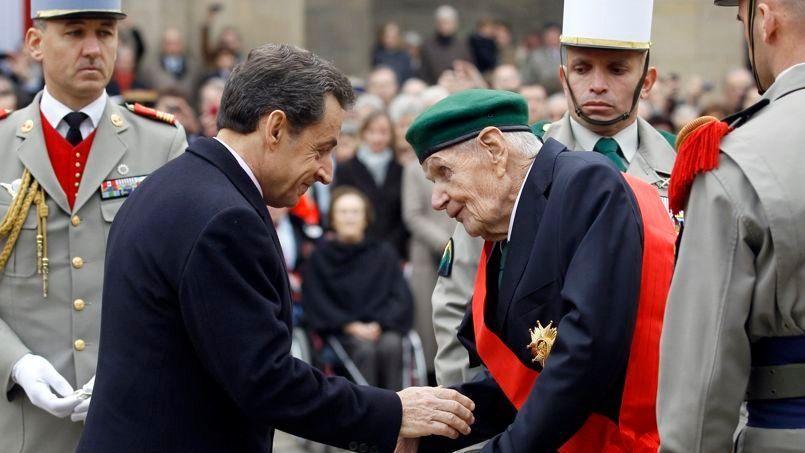 Le 28 novembre 2011, Nicolas Sarkozy remet la grand-croix de la Légion d'honneur à Hélie Denoix de Saint Marc. Crédits photo: CHRISTOPHE ENA/AFP