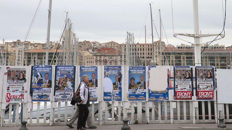 Affiche pour la campagne des élections départementales sur le Vieux Port à Marseille.