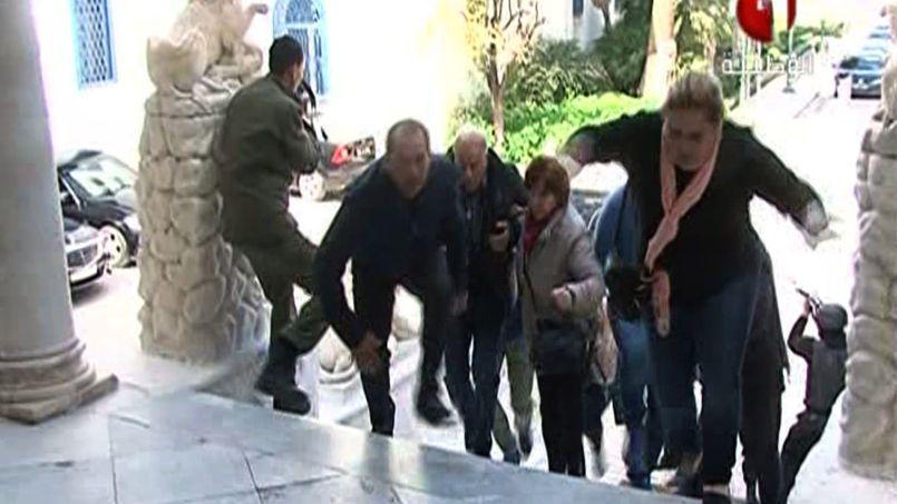 ATTAQUÉ. Sur cette image, capture d'écran d'une chaine de télévision tunisienne, les forces de l'ordre évacuent des touristes du musée du Bardo à Tunis, attaqué par des hommes armés, ce mercredi 18 mars. Selon le Premier ministre tunisien, Habib Essid, 19 personnes, dont 17 touristes polonais, italiens, allemands et espagnols, ont été tuées dans cet attentat.