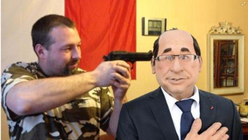 Un candidat FN pose en tenant en joue la marionnette de Hollande