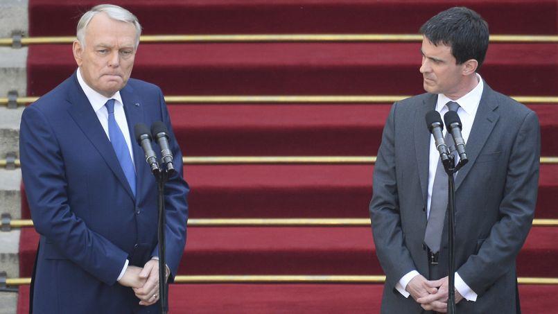 Jean-Marc Ayrault et Manuel Valls, lors de la passation de pouvoirs, il y a un an.