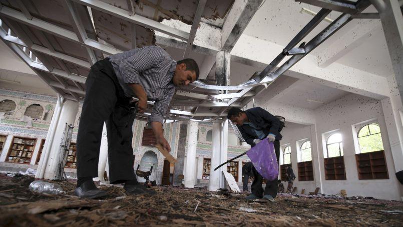 Des enquêteurs inspectent le sol d'une mosquée de Sann dévastée le 20 mars 2015 par un attentat suicide.